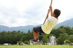 Ragazzo giapponese che gioca con la volpe di volo Fotografie Stock