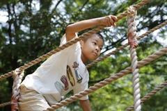 Ragazzo giapponese che gioca con ropewalking Fotografie Stock