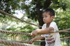Ragazzo giapponese che gioca con ropewalking Immagini Stock Libere da Diritti