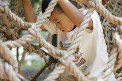 Ragazzo giapponese che gioca con ropewalking Immagini Stock