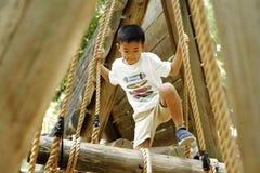 Ragazzo giapponese che gioca con ropewalking Immagine Stock