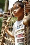 Ragazzo giapponese che gioca con ropewalking Fotografie Stock Libere da Diritti