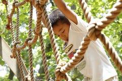 Ragazzo giapponese che gioca con ropewalking Fotografia Stock