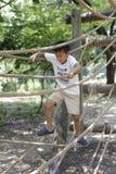 Ragazzo giapponese che gioca con ropewalking Fotografia Stock Libera da Diritti