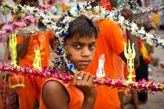 Ragazzo indiano con strumentazione religiosa, Benares Fotografia Stock Libera da Diritti