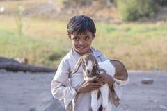 Ragazzo indiano sulla via con goatling Mandu, India fotografia stock libera da diritti