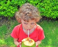Ragazzo irsuto con una noce di cocco Immagini Stock