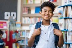 Ragazzo ispanico sorridente alla scuola Fotografia Stock