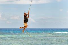 Ragazzo locale che oscilla su un'oscillazione della corda nel villaggio di Lavena su Taveuni Fotografie Stock