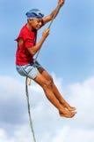 Ragazzo locale che oscilla su un'oscillazione della corda nel villaggio di Lavena su Taveuni Fotografia Stock Libera da Diritti