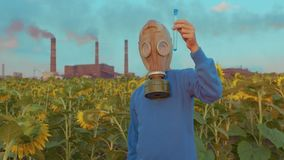 Ragazzo in maschera antigas, sui precedenti il tubo industriale, primo piano Concetto dell'inquinamento ambientale video d archivio