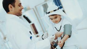 Ragazzo maschio arabo del dottore Checking Blood Pressure fotografie stock