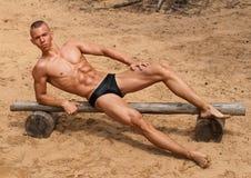 Ragazzo muscolare sulla spiaggia immagine stock