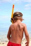 Ragazzo navigante usando una presa d'aria sulla spiaggia Fotografie Stock Libere da Diritti