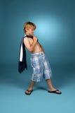 Ragazzo negli shorts blu rigonfi del plaid Fotografia Stock Libera da Diritti