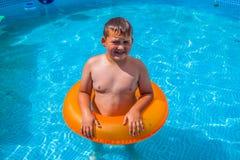 Ragazzo nel divertiresi nella piscina Fotografia Stock Libera da Diritti
