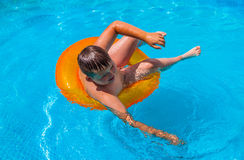 Ragazzo nel divertiresi nella piscina fotografie stock