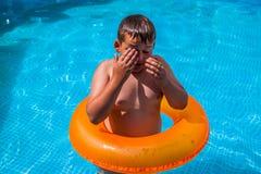 Ragazzo nel divertiresi nella piscina fotografie stock libere da diritti