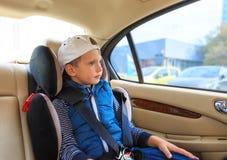 Ragazzo nel sedile di sicurezza dell'automobile Concetto di sicurezza fotografia stock libera da diritti