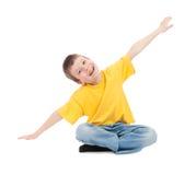 Ragazzo nel volo giallo della maglietta fotografie stock libere da diritti
