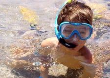 Ragazzo nella mascherina di immersione subacquea Fotografia Stock Libera da Diritti