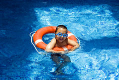 Ragazzo nella piscina Immagine Stock