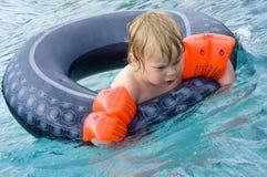 Ragazzo nella piscina Fotografia Stock