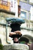 Ragazzo nella posizione di equilibrio fotografie stock