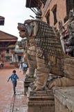 Ragazzo nepalese corrente a Durbar Squar, Bhaktapur Immagini Stock Libere da Diritti