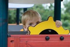 Ragazzo o bambino che gioca sul campo da giuoco. Immagini Stock Libere da Diritti