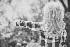 Ragazzo o ragazza con il dito lungo del punto dei capelli biondi Fotografia Stock