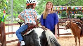 Ragazzo Pony Ride aspettante stock footage