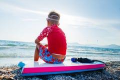 Ragazzo praticante il surfing felice Fotografia Stock