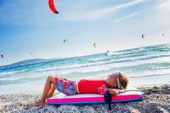 Ragazzo praticante il surfing felice Immagini Stock