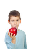 Ragazzo prescolare che tiene mela rossa Immagini Stock Libere da Diritti