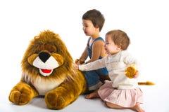 Ragazzo, ragazza e leone Immagini Stock