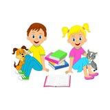 Ragazzo, ragazza, gatto e cane con il libro Immagine Stock Libera da Diritti
