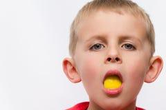 Ragazzo sciocco con il limone nella sua bocca Immagine Stock