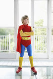 Ragazzo serio in costume del supereroe all'interno Fotografia Stock