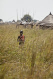 Ragazzo solo in erba nel Sudan del sud Immagine Stock