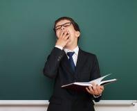 Ragazzo sonnolento vicino al consiglio scolastico Fotografia Stock Libera da Diritti
