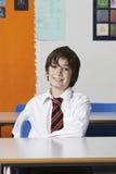 Ragazzo sorridente in camicia e legame all'aula Fotografia Stock