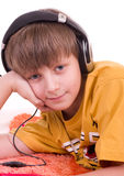 Ragazzo sorridente che ascolta la musica Fotografia Stock Libera da Diritti