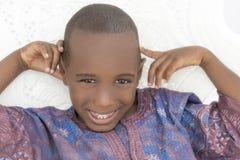 Ragazzo sorridente che indossa un indumento africano, cinque anni fotografia stock