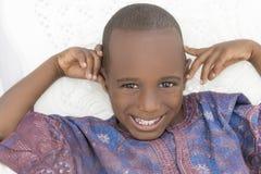 Ragazzo sorridente che indossa un indumento africano, cinque anni fotografia stock libera da diritti