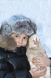 Ragazzo sorridente che tiene un pollo. fotografia stock libera da diritti