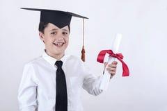 Ragazzo sorridente con il diploma nella graduazione Fotografia Stock Libera da Diritti