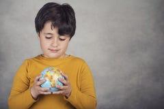 Ragazzo sorridente con un globo della terra Immagine Stock Libera da Diritti