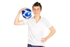 Ragazzo sorridente dell'adolescente con la sfera di calcio Fotografia Stock Libera da Diritti
