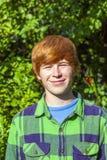 Ragazzo sorridente felice attraente nel giardino Immagine Stock Libera da Diritti